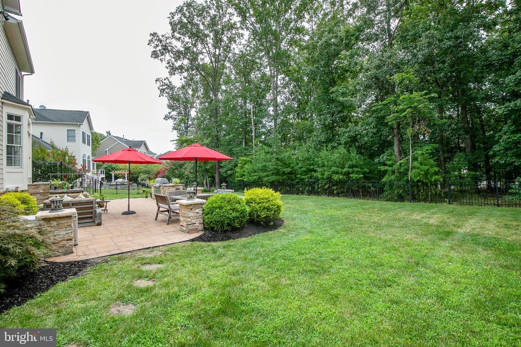 Backyard is fenced and overlooks wooded area. - 43353 VESTALS PL, LEESBURG