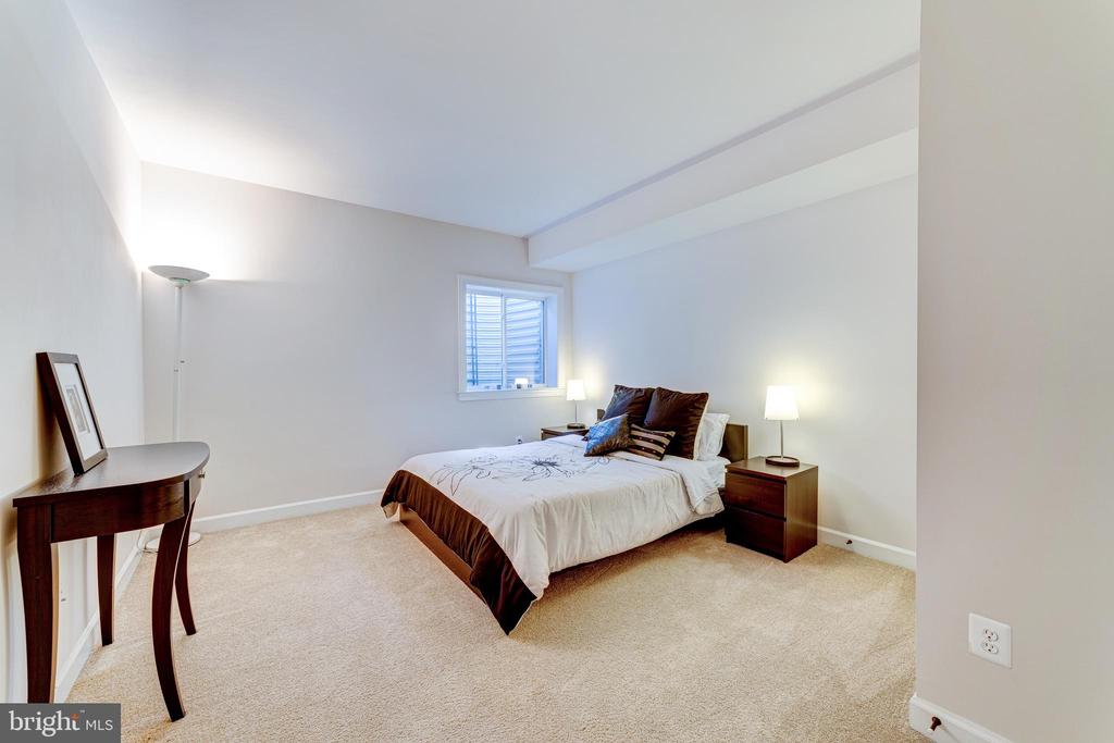 5th Bedroom with egress window - 24946 BANNOCKBURN TER, CHANTILLY