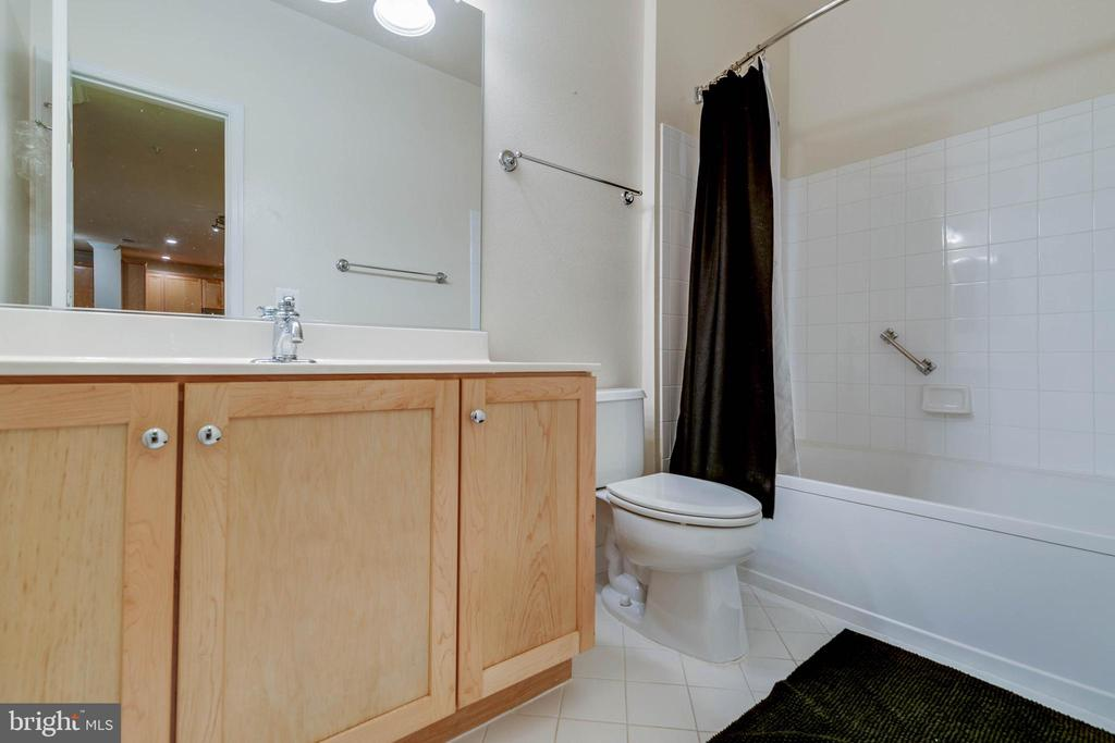 2nd full bath - 11800 OLD GEORGETOWN RD #1208, ROCKVILLE
