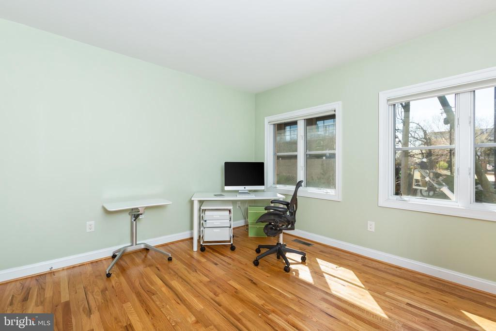 Equipped w/full bath, use as bedroom or study! - 1419 N NASH ST, ARLINGTON