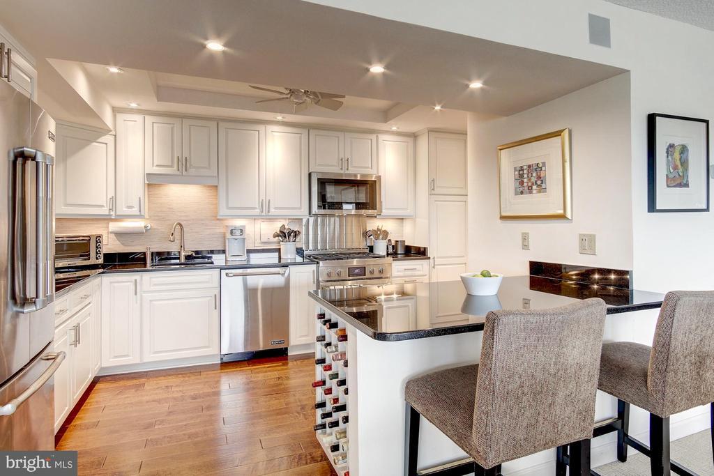 Flawless, gourmet kitchen - 1300 ARMY NAVY DR #1009, ARLINGTON