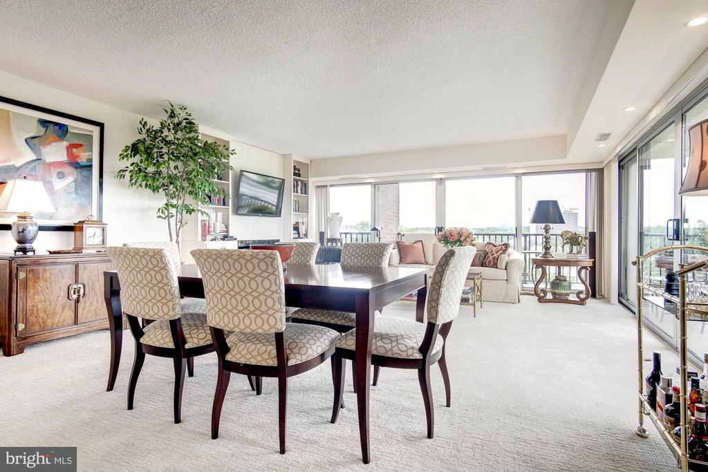 Large living area - 1300 ARMY NAVY DR #1009, ARLINGTON
