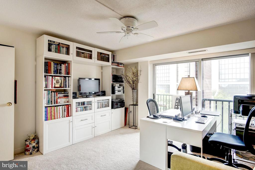 Second bedroom with built-ins - 1300 ARMY NAVY DR #1009, ARLINGTON