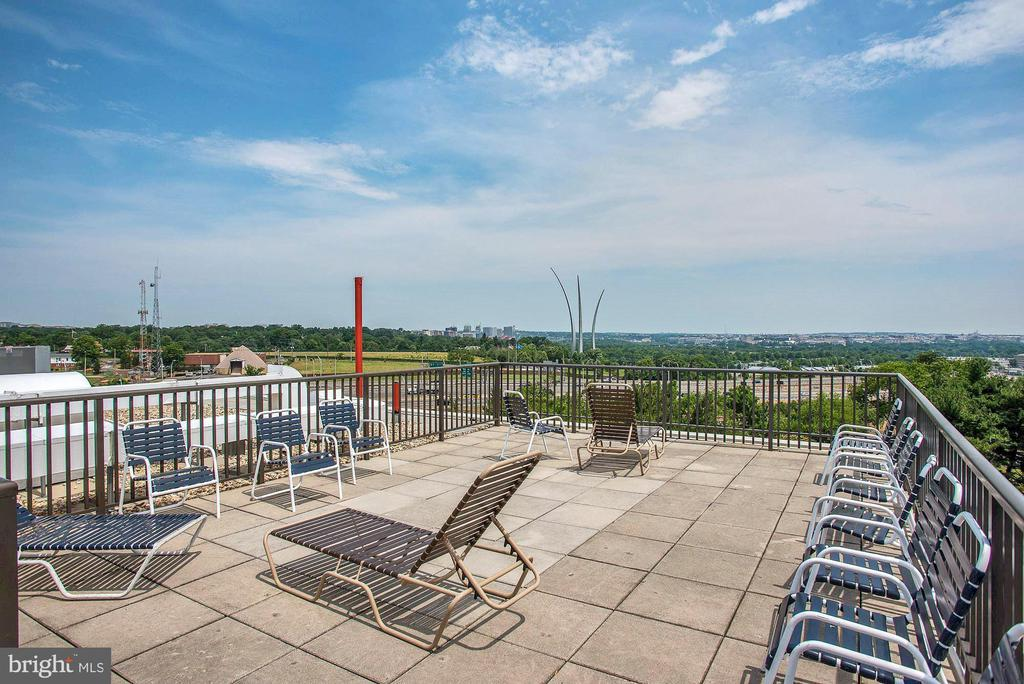 Rooftop deck with great views! - 1300 ARMY NAVY DR #1009, ARLINGTON