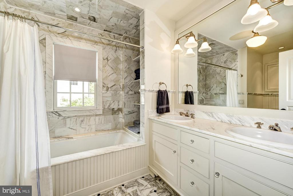 Full hallway bath - 2013 HOMEWOOD RD, ANNAPOLIS