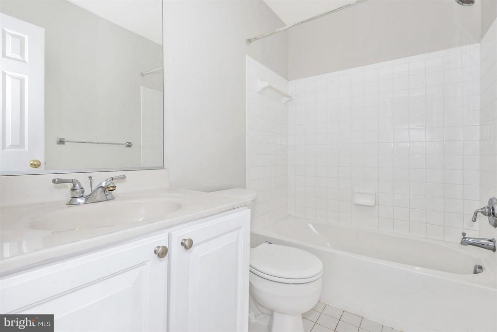 Princess suite bath - 6830 WOODCREST RD, NEW MARKET