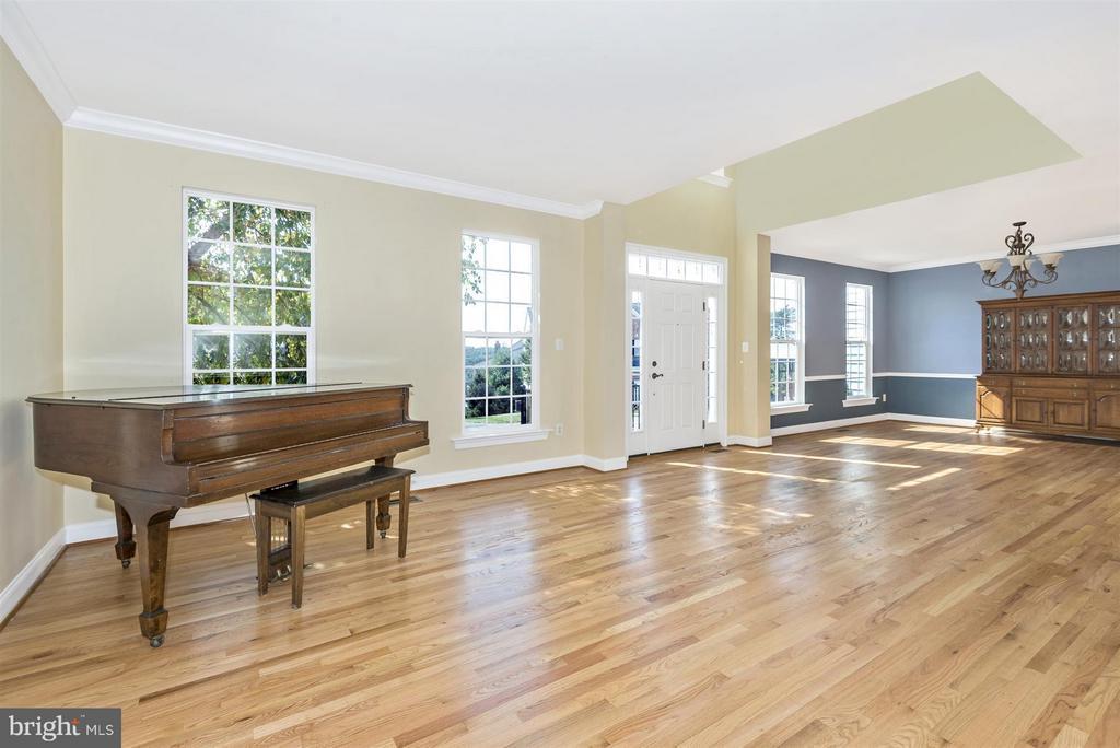 Light filled Living Room - 6830 WOODCREST RD, NEW MARKET