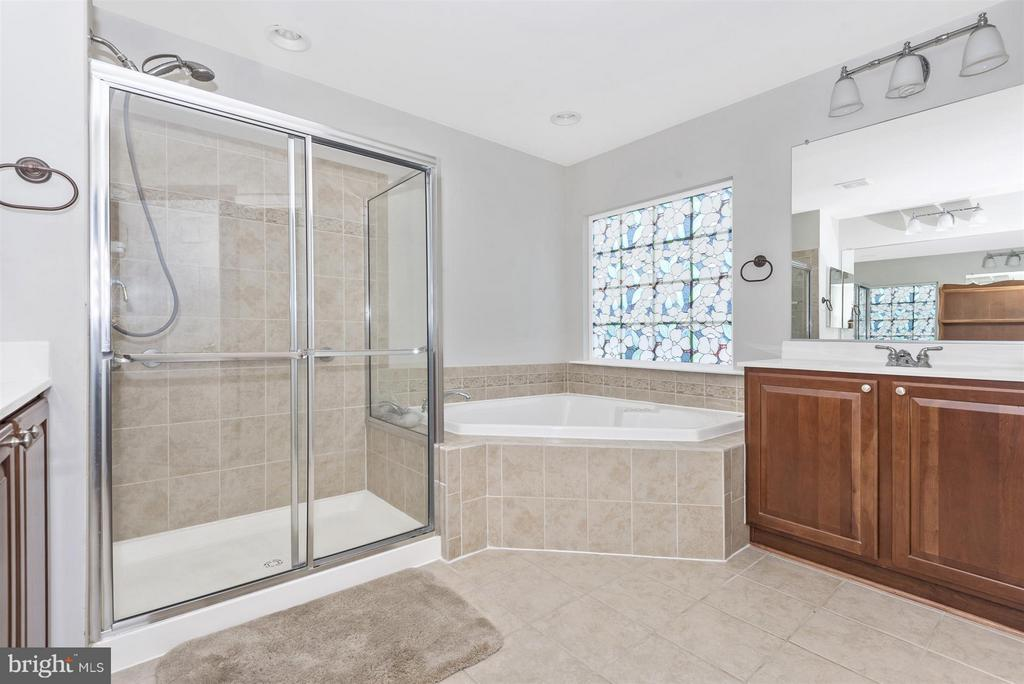 Master bath with tub, sep shower, double sinks - 6830 WOODCREST RD, NEW MARKET