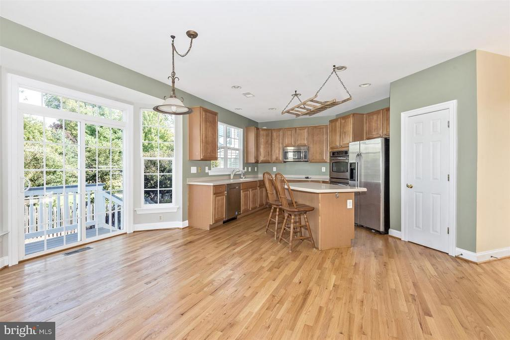 Kitchen with island and breakfast nook - 6830 WOODCREST RD, NEW MARKET