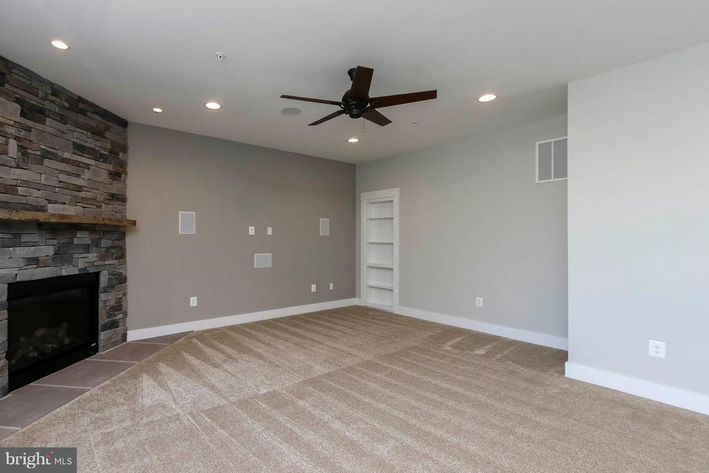 Fam rm w beautiful stone fireplace-gas or wood - 4736 OLD MIDDLETOWN RD, JEFFERSON