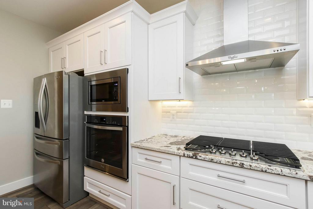 Gourmet kitchen with superior finishes - 4736 OLD MIDDLETOWN RD, JEFFERSON