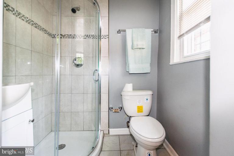 Bath - 200 51ST ST NE, WASHINGTON