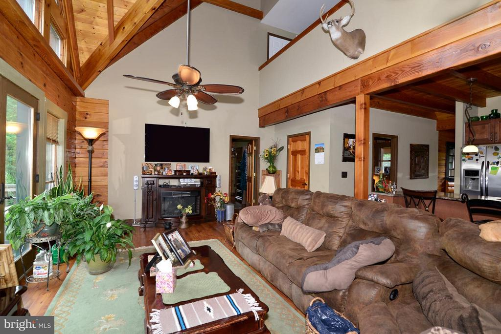 LR w/Vaulted Ceiling and walk out deck - 34894 PAXSON RD, ROUND HILL