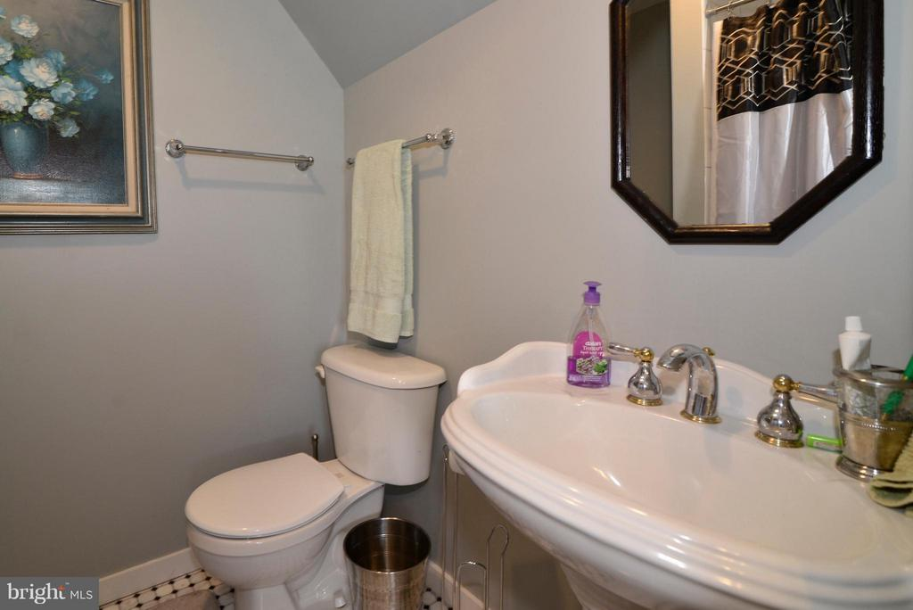 1/2 Bath Main level - 34894 PAXSON RD, ROUND HILL
