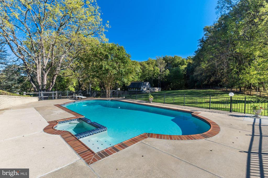 Beautiful pool - 11308 HUNTING HORSE DR, FAIRFAX STATION