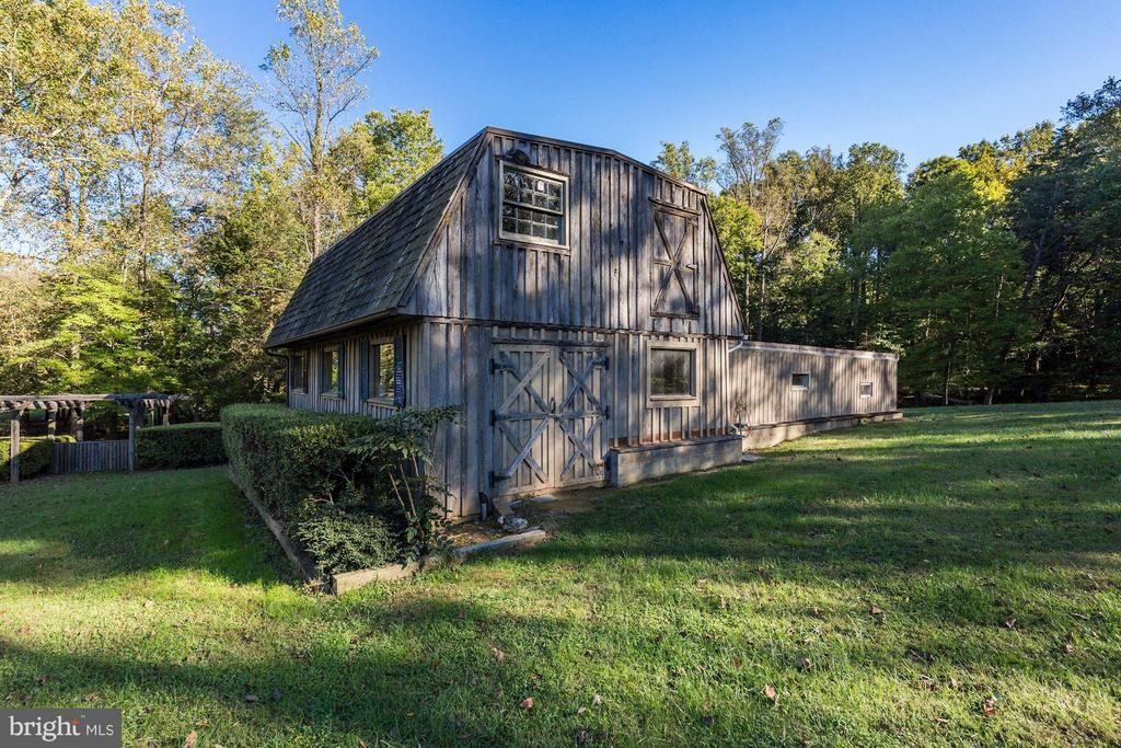Barn with 3 car garage - 11308 HUNTING HORSE DR, FAIRFAX STATION