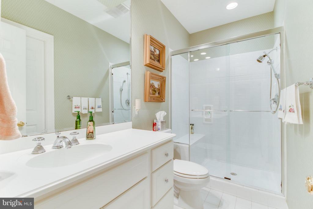 Main floor bathroom - 2916 SMITHFIELD CT, FREDERICKSBURG