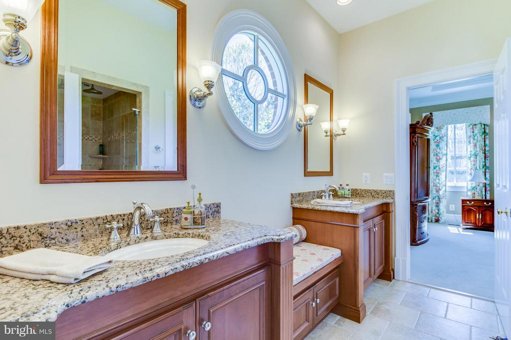 Main floor bathroom - 2916 SMITHFIELD CT, FREDERICKSBURG