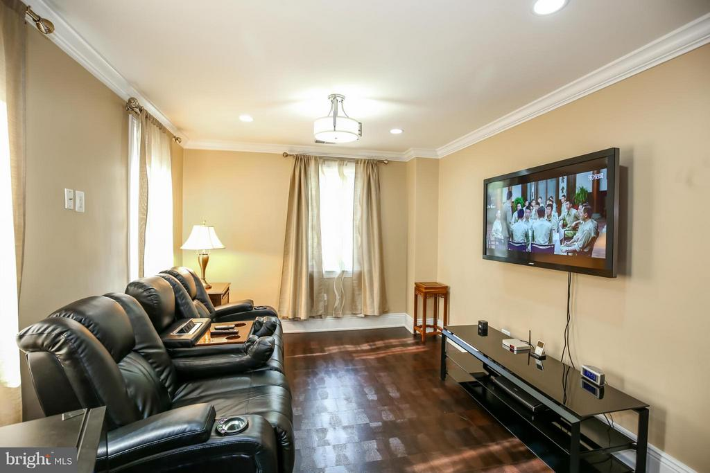 Media or Sitting Room in Master Bedroom Suite - 2829 TILDEN ST NW, WASHINGTON