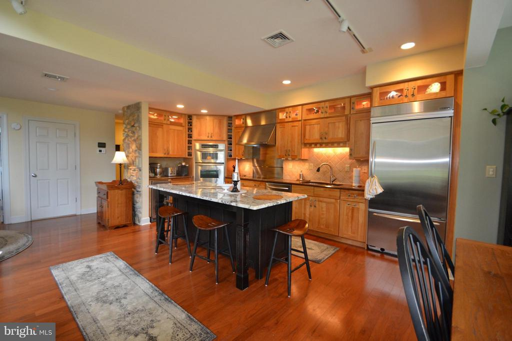 Built in KitchenAid refrig, Convection ovens - 13878 POND VIEW LN, MERCERSBURG