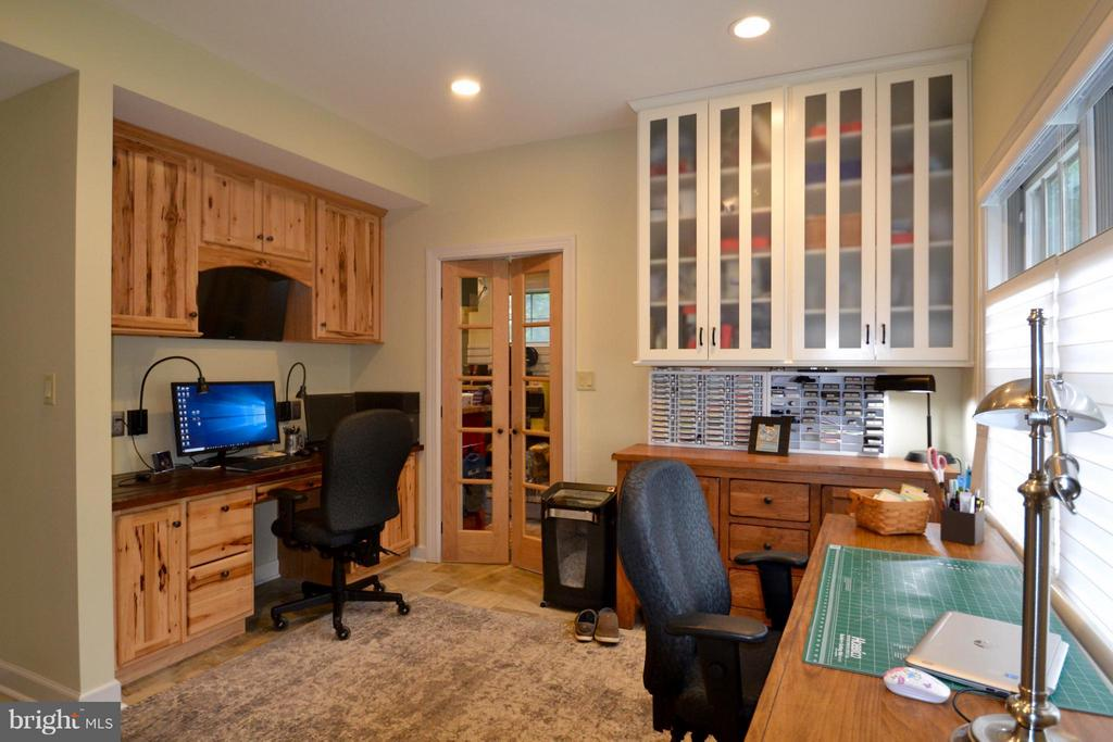 Custom hickory w matching cabs in office - 13878 POND VIEW LN, MERCERSBURG