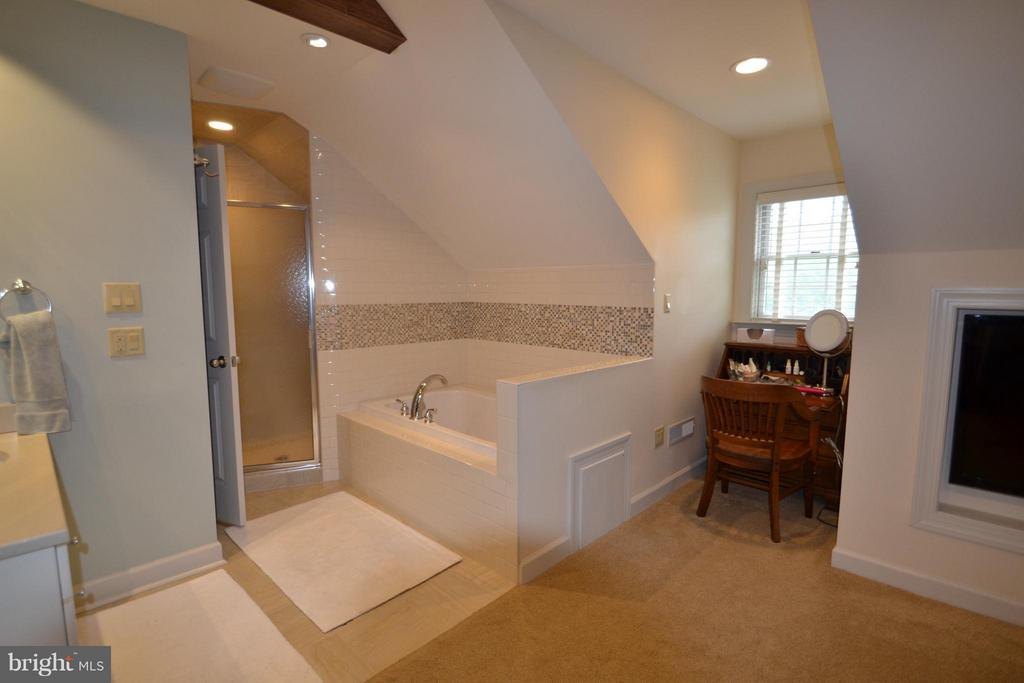 Renovated bath w Jetted tub, sep tiled shower - 13878 POND VIEW LN, MERCERSBURG