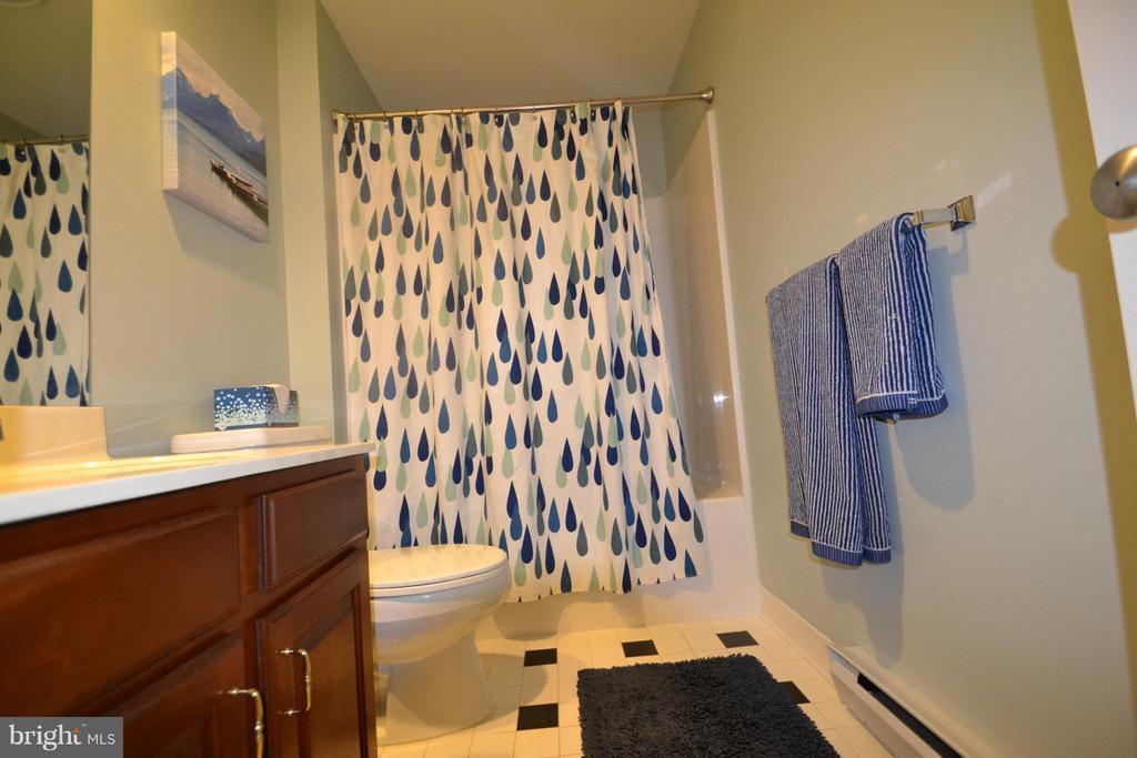 Upper level bath - 13878 POND VIEW LN, MERCERSBURG