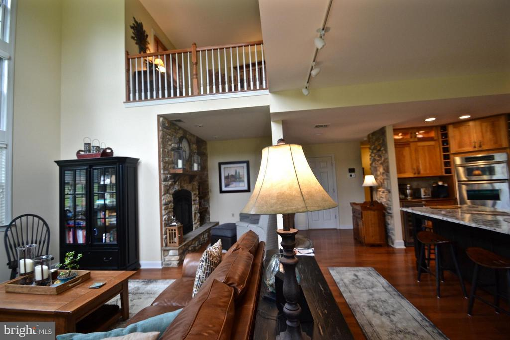 Loft overlooks great room & expansive views - 13878 POND VIEW LN, MERCERSBURG