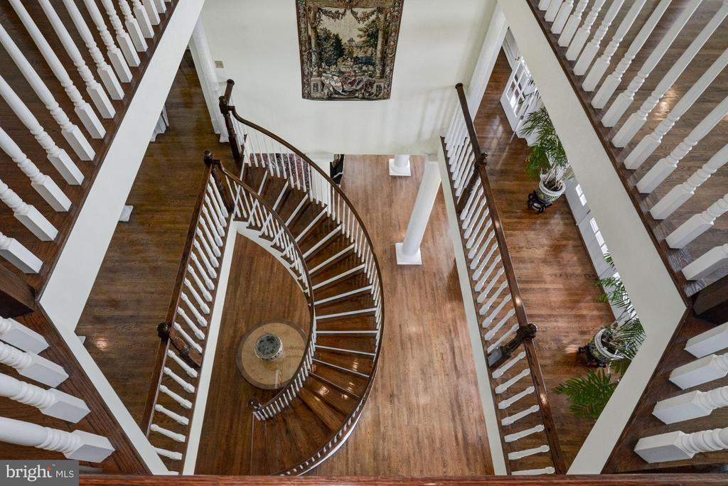 Elegant curved Mahogany staircase - 4 POINTERS RIDGE CT, FREDERICKSBURG