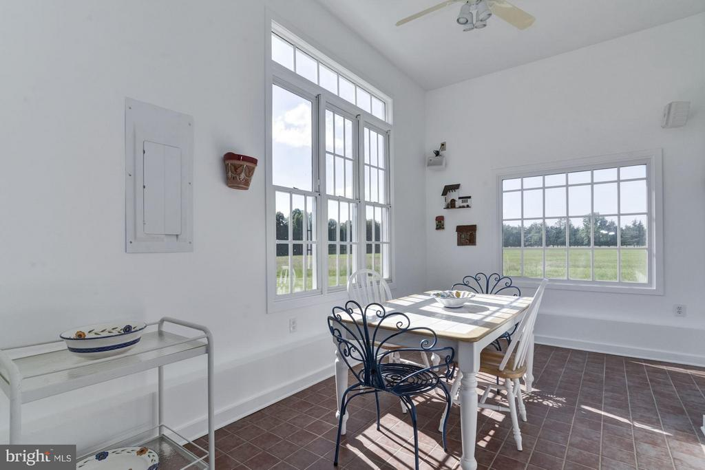 Pool House: Light, spacious dining area - 4 POINTERS RIDGE CT, FREDERICKSBURG