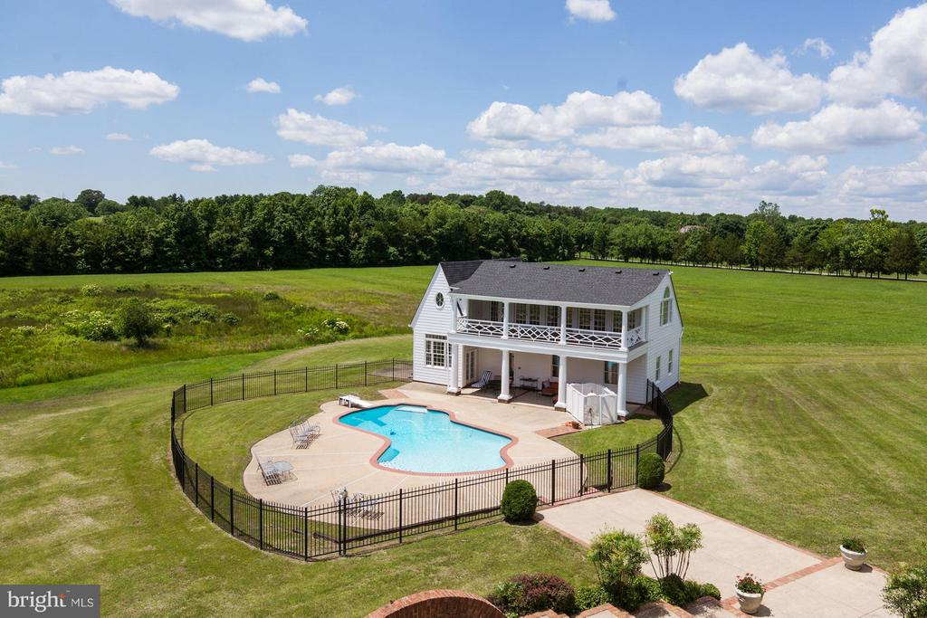 Separate pool house with wrought iron fencing - 4 POINTERS RIDGE CT, FREDERICKSBURG