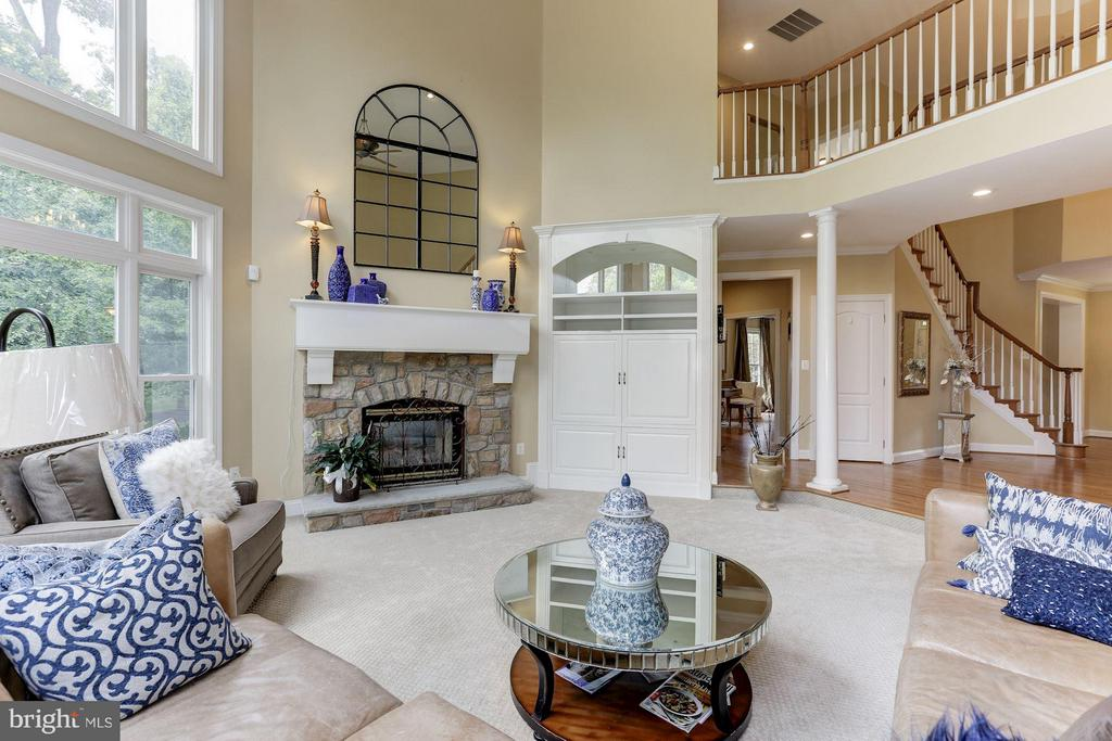 Two sided fireplace - 18572 SEMINOLE CT, LEESBURG