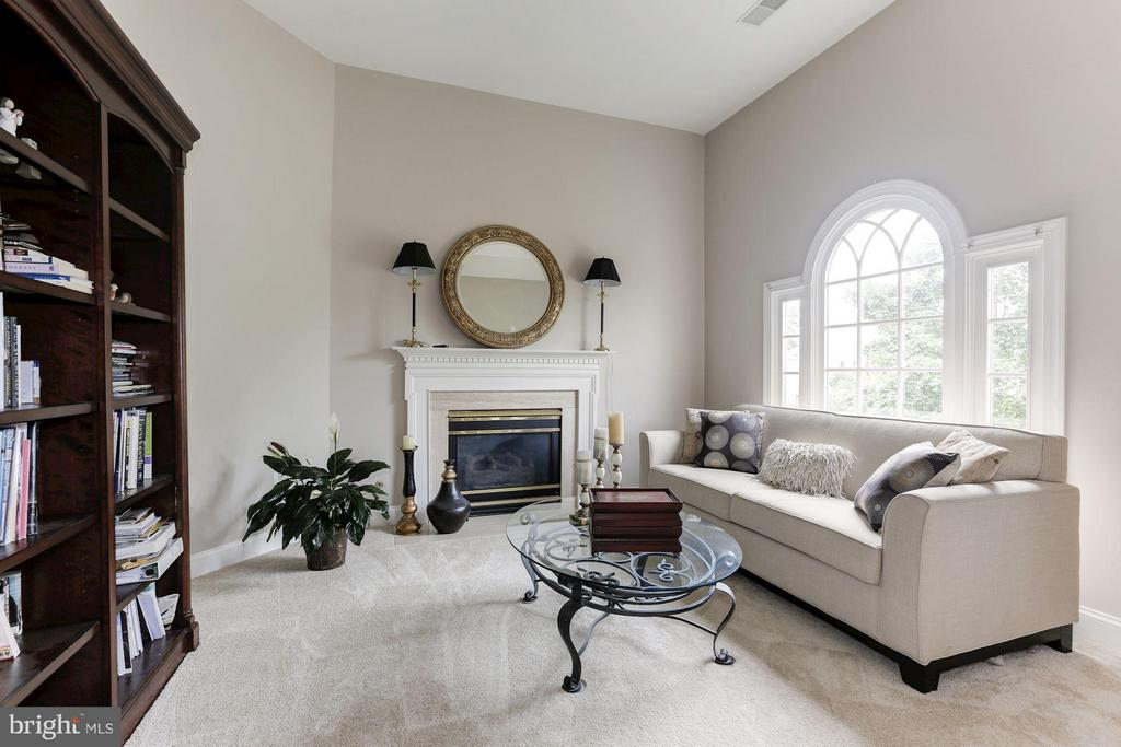 Sitting room with fireplace - 18572 SEMINOLE CT, LEESBURG