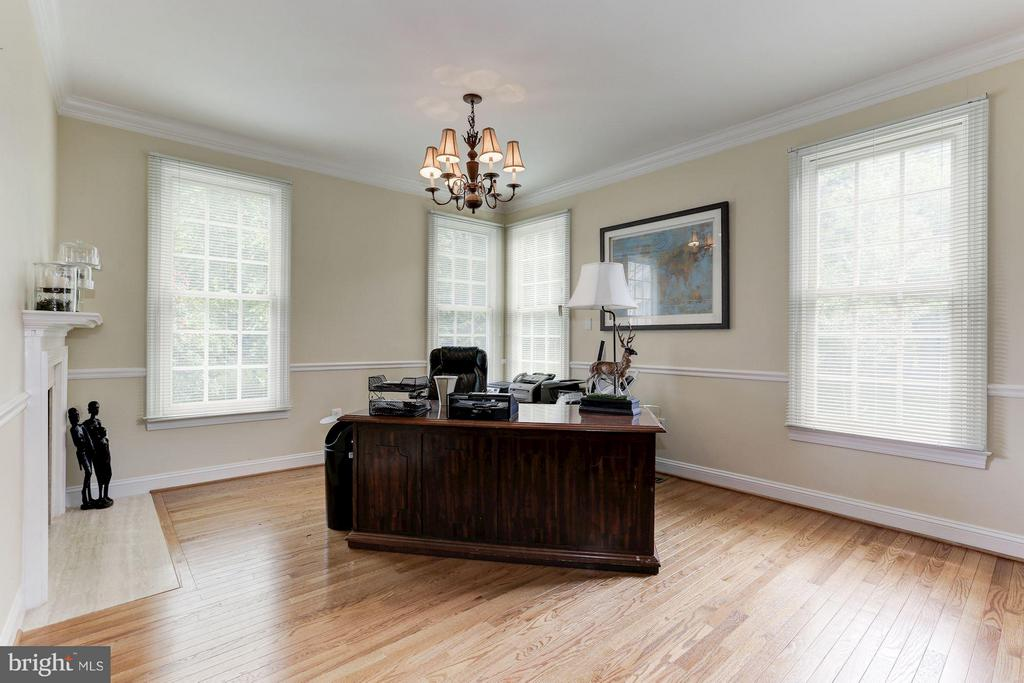 Office with two sided fireplace - 18572 SEMINOLE CT, LEESBURG