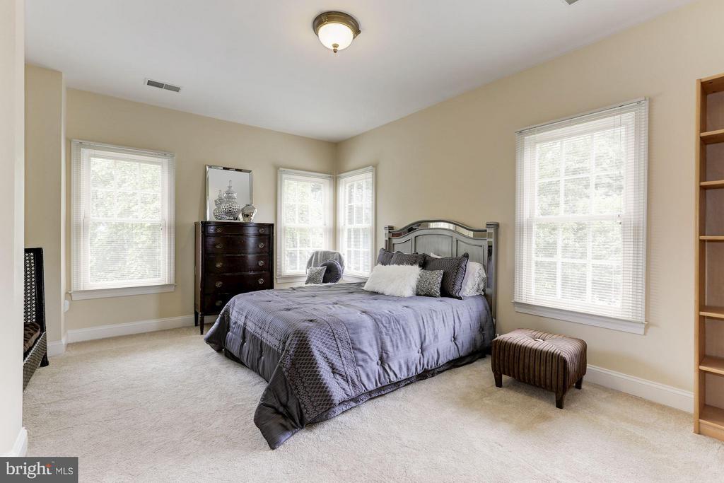 Bedroom Three with jack and jill bath. - 18572 SEMINOLE CT, LEESBURG