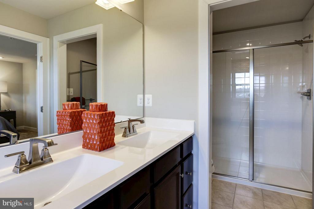 Owner's Suite Bathroom - Walk-in Shower - 5605 RICHMANOR TER #F, UPPER MARLBORO