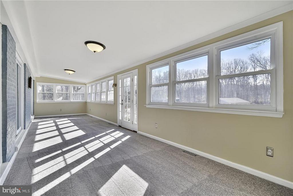 Cheery Sunroom with NEW Carpet ! - 6807 SPRINGFIELD DR, LORTON