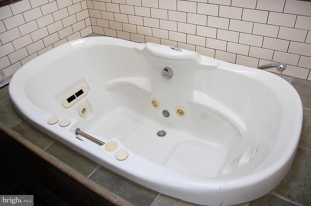 Jetted tub - 5308 WRILEY RD, BETHESDA