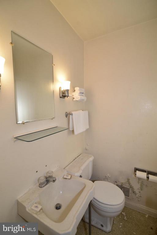 Bath - 36169 LOUDOUN ST, ROUND HILL