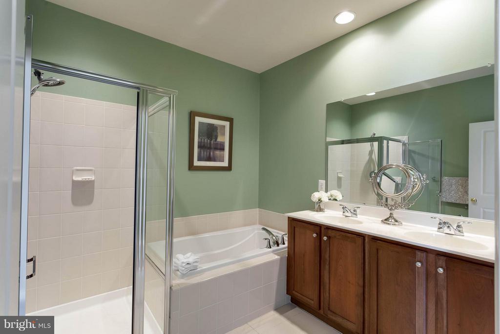 Bath (Master) - 7957 CRESCENT PARK DR, GAINESVILLE