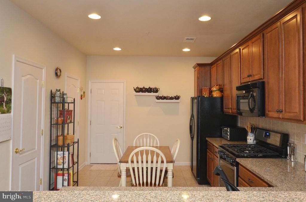 Gourmet Kitchen with Breakfast Bar - 42603 HIGHGATE TER, ASHBURN
