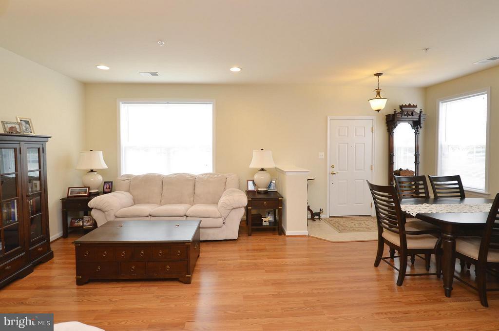 Spacious Family Room w/ Recess Lighting - 42603 HIGHGATE TER, ASHBURN