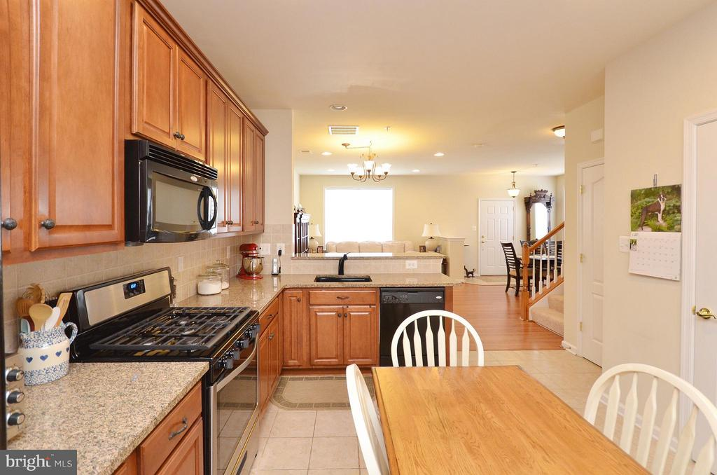 Gourmet Kitchen with Breakfast Area - 42603 HIGHGATE TER, ASHBURN