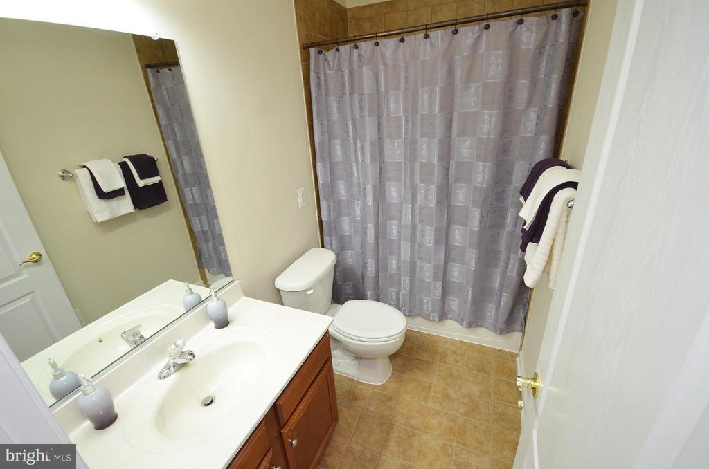 Hall Full Bathroom with Ceramic Tile - 42603 HIGHGATE TER, ASHBURN