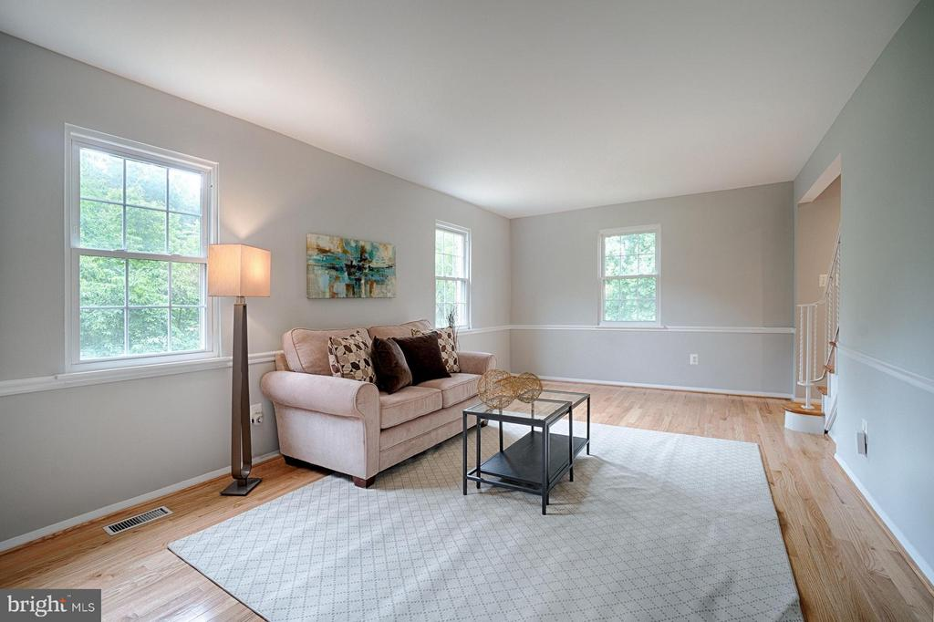 Lovely trim work and lots of windows - 9672 LINDENBROOK ST, FAIRFAX