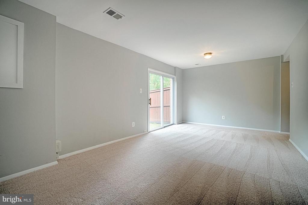 Basement rec room with new carpet - 9672 LINDENBROOK ST, FAIRFAX