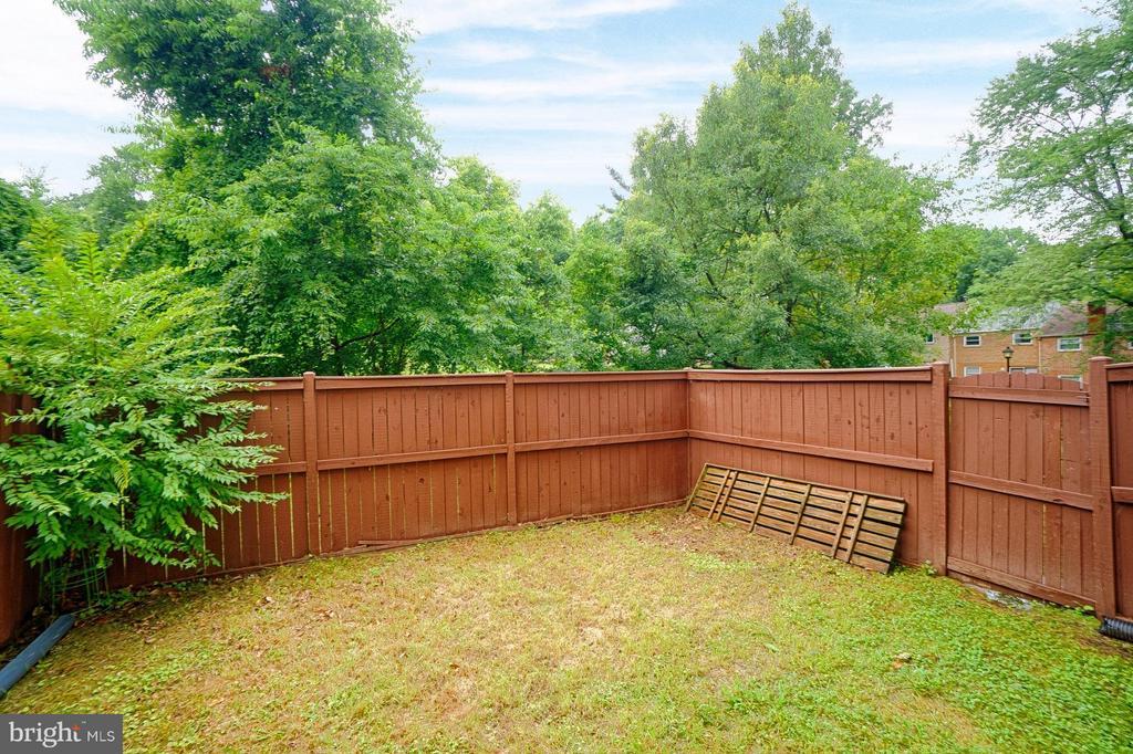 Fully fenced rear yard - 9672 LINDENBROOK ST, FAIRFAX