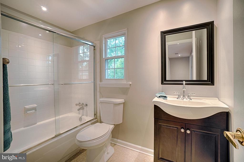 Upper level hall bath room with updates - 9672 LINDENBROOK ST, FAIRFAX