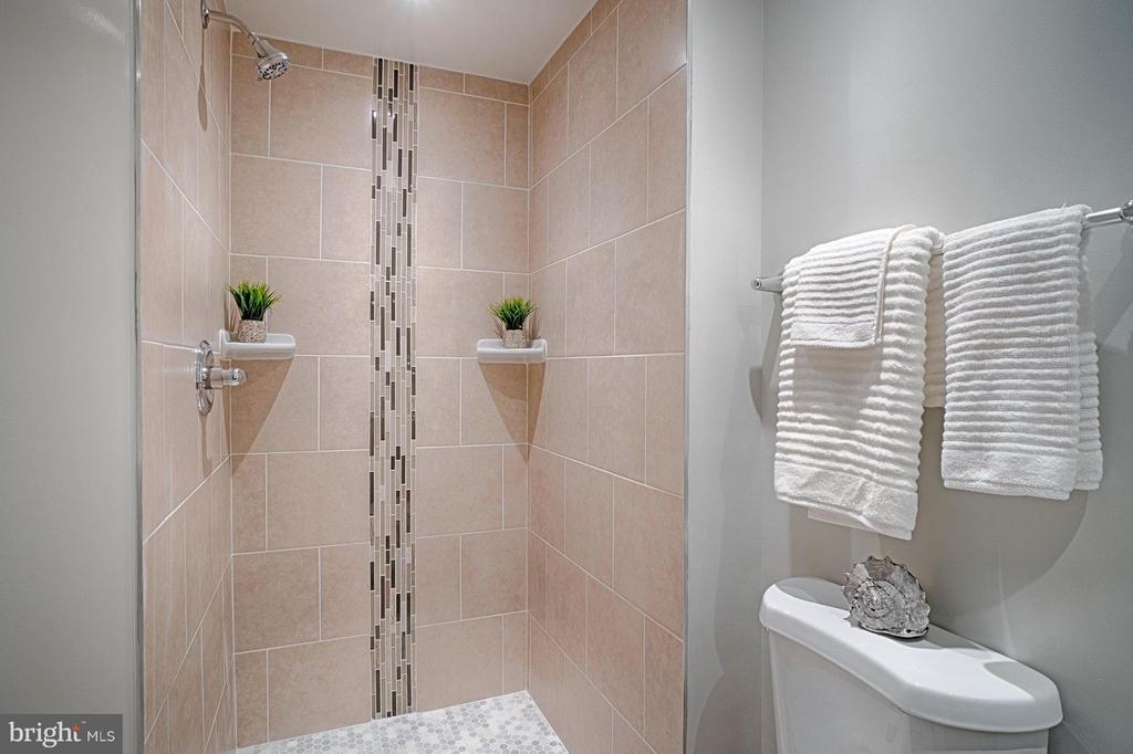 Lovely tile work in master bathroom - 9672 LINDENBROOK ST, FAIRFAX
