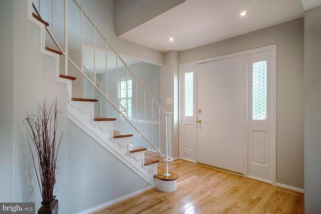 Dramatic curved staircase - 9672 LINDENBROOK ST, FAIRFAX